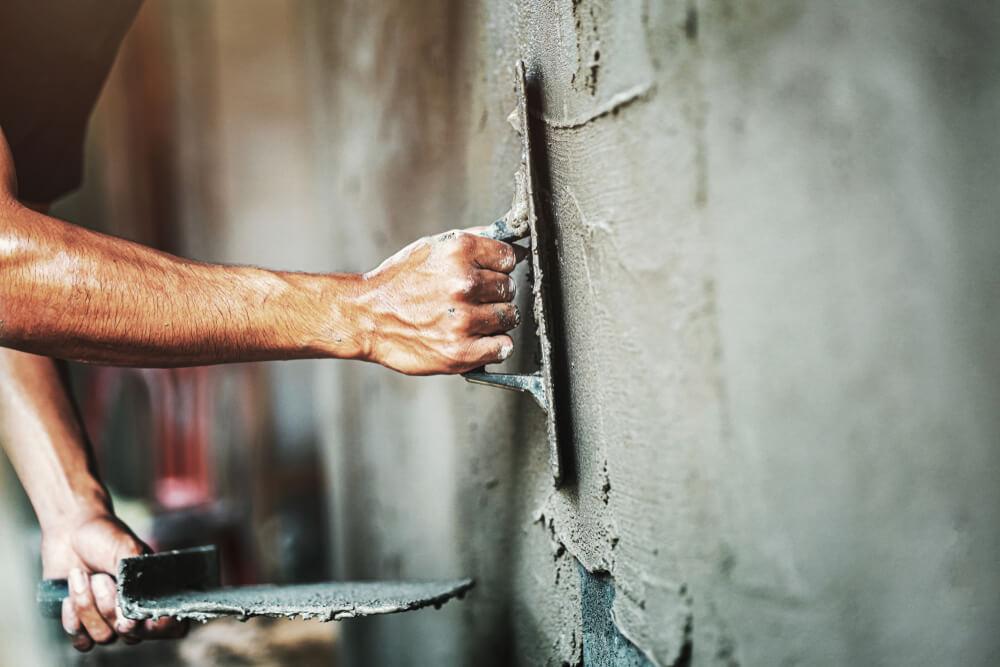 De muur aanpakken met stucen